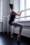 Ung ballerina i pointearbete royaltyfri foto