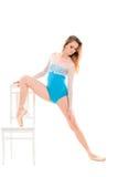 ung ballerina som gör sträcka övningar Arkivfoton