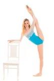 ung ballerina som gör sträcka övningar Arkivbild