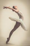 Ung ballerinadansare i ballerinakjol Arkivbilder