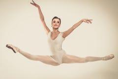 Ung ballerinadansare i ballerinakjol Royaltyfri Fotografi