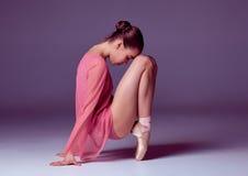 Ung ballerinadansare som visar hennes tekniker Royaltyfri Bild