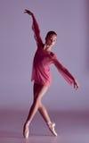 Ung ballerinadansare som visar hennes tekniker Fotografering för Bildbyråer