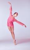 Ung ballerinadansare som visar hennes tekniker Arkivbild