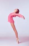 Ung ballerinadansare som visar hennes tekniker Royaltyfri Fotografi