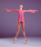Ung ballerinadansare som visar hennes tekniker Arkivfoto