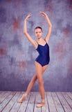 Ung ballerinadansare som visar hennes tekniker Arkivfoton