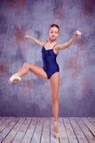 Ung ballerinadansare som visar hennes tekniker Arkivbilder