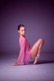Ung ballerinadansare som visar hennes tekniker Royaltyfri Foto