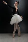 Ung ballerinadansare In Tutu Performing på Pointes Royaltyfri Foto