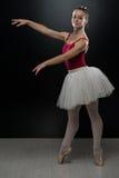 Ung ballerinadansare In Tutu Performing på Pointes Arkivbilder
