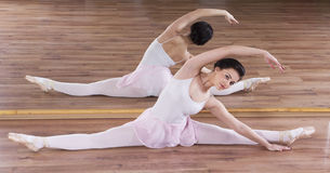 Ung ballerinakvinnautbildning royaltyfri bild