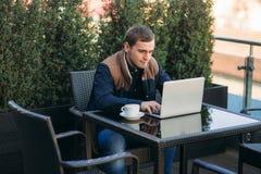 Ung bankanställd arbetar på en bärbar dator på lunchtime Arkivfoto