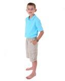 Ung barfota pojke i kortslutningar Fotografering för Bildbyråer
