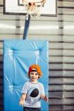 Ung basketspelare med bollflyg Arkivbild