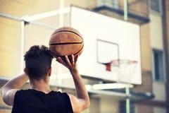 Ung basketspelare som är klar att skjuta Fotografering för Bildbyråer