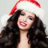 Ung Beautifu brunettflicka, i att le för julhatt Royaltyfri Bild