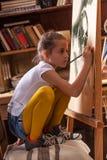 Ung begåvad flickakonstnär Arkivfoton