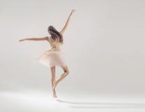 Ung begåvad idrottsman nen i balettdans Royaltyfri Bild