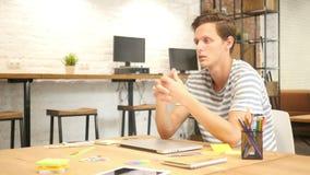 Ung begåvad formgivare Discussing New Project, modernt vindkontor stock video