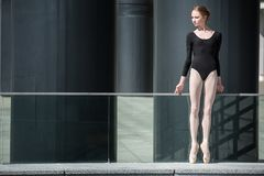 Ung behagfull ballerina i svart baddräkt på Royaltyfri Foto