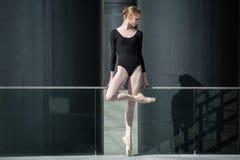 Ung behagfull ballerina i svart baddräkt på Fotografering för Bildbyråer