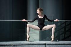 Ung behagfull ballerina i svart baddräkt på Arkivbilder