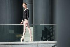 Ung behagfull ballerina i svart baddräkt på Royaltyfri Fotografi