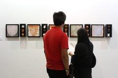 Ung besökare på konstutställningen arkivfoto