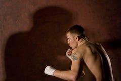 Ung beslutsam boxare royaltyfri fotografi