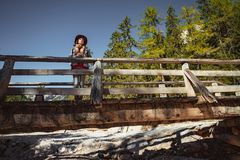 Ung blogger på bron royaltyfri bild