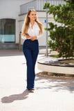 Ung blond affärskvinna i jeans och den vita skjortan royaltyfri foto