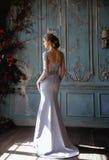 Ung blond brudkvinna i ett ljus - blå bröllopsklänning Arkivbilder