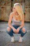 Ung blond caucasian flicka bara på en gata arkivbild