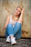 Ung blond caucasian flicka bara på en gata royaltyfri fotografi
