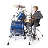 Ung blond caucasian pojke på drumset i studio royaltyfri fotografi