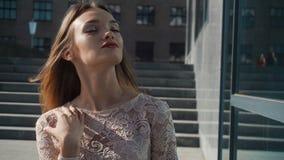 Ung blond dam för glamour med röda kanter som ser kameran lager videofilmer