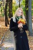 Ung blond flicka i parken Arkivfoto