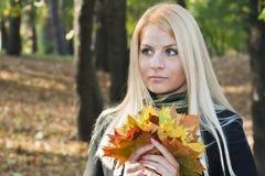 Ung blond flicka i parken Royaltyfria Foton