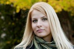 Ung blond flicka i parken Arkivfoton