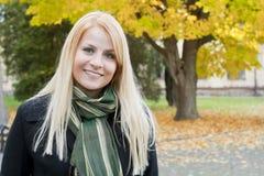Ung blond flicka i parken Arkivbild
