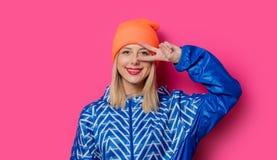 Ung blond flicka i 80-talstilkläder royaltyfri foto