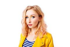 Ung blond flicka med en original- frisyr och en ljus yrkesm?ssig makeup arkivfoto