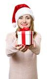 Ung blond flicka som hatten för santa ` s med gåvaasken Royaltyfria Foton