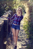 Ung blond flicka som talar på telefonen Royaltyfria Foton