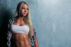 Ung blond konditionkvinna arkivfoton