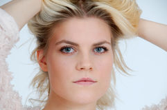 Ung blond kvinna Royaltyfri Fotografi