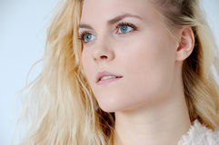 Ung blond kvinna Royaltyfria Bilder