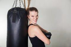 Ung blond kvinna i en boxningidrottshall Arkivfoton