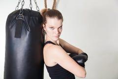 Ung blond kvinna i en boxningidrottshall Arkivbilder